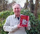der lachende Autor mit seinem 5. Roman