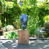 Steinskulptur im Garten der Kunstagentur Bild und Raum