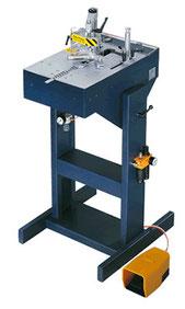 alfa machine(イタリア) : コーナーをVネイルでとめる機械です。