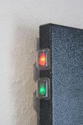 Diese Heizung hat 2 Schalter: 1x grün für 200 Watt, 1x rot für 400W (=Raumheizstufe)