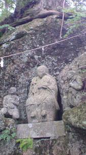 石仏に見守られ