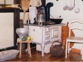Alter Holzherd mit antiken Haushaltsgebenständen