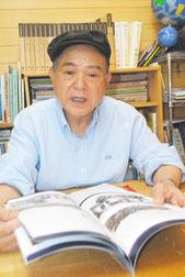 「父の遺骨を収集したい」と訴える伊良皆高吉さん=2014年10月、八重山日報社