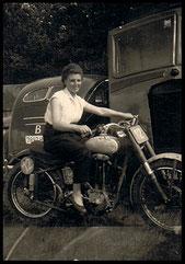 Mia Jaak Winters zijn vrouw op de motor van Teelen