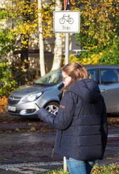Wer sein Smartphone im Verkehr nutzt, gefährdet sich –und andere. Foto: C. Schumann, 2018