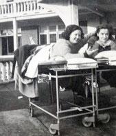Malades allongées sur une terrasse