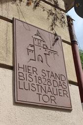 Die Gedenktafel für das Lustnauer Tor am Schimpf-Haus. Bild: Johannes Thiede.