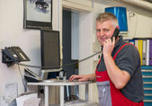 Drago Paunovic am Werkstatt-Telefon