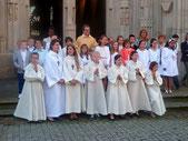 A la sortie de la messe, les enfants et leurs catéchistes Isabelle et Marie-Annick, entourent P. Loïc