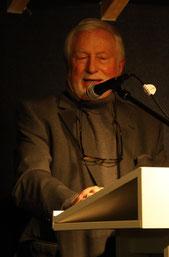 Hans-Jürgen Döring stellt dem Publikum Dieter Brandl vor
