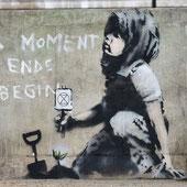 《小さな植物と抗議する少女》