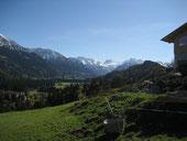 Urlaub in Fischen Allgäu: Ausblick in Richtung Oberstdorf und auf die dahinter liegende Allgäuer Bergwelt