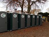 仮設トイレ。参加者1700人ともなればあちこちにたくさんのトイレができる