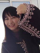 モロッコ女性の民族衣装「ジュラバ」です。刺繍がキレイ💛