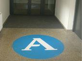 Fußbodenaufkleber als Indoor-Wegweiser