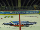 Fußbodenaufkleber in der Hockeyarena