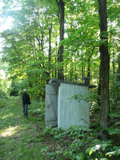 """Le """"back house"""", les toilettes derrière la maison..."""
