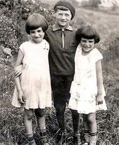 Julius mit seinen Schwestern Frieda und Rosa um 1934