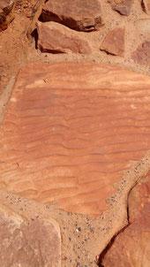 Marque d'eau sur le sable devenu roche