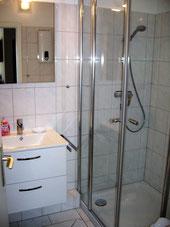 Bad mit Glasdusche und Waschtisch