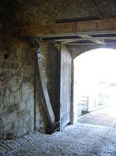 le pont levis et son contre poids avec porte, toujours opérationnels