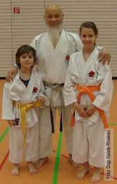 Unsere Karateka Lea und Leon 2010 mit Sensei Hideo Ochi (8. DAN), Chief Instructor des DJKB