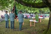 Open-Air-Messe unter Denkmalsbuche