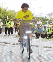 明石小自転車クラブが模範演技を披露、正しい自転車の乗り方をアピールした=22日夕、市民会館ピロティ
