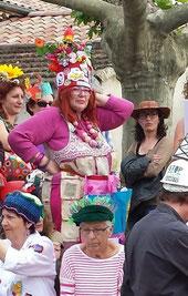 Marthe Pellegrino sur l'estrade, son magnifique chapeau parlant sur la tête