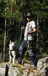 Schaeferstab aus Holz mit Schaefer und Huetehund im Wald