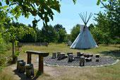 Indianertipi und Lagerfeuerstelle im Naturerlebnisgarten