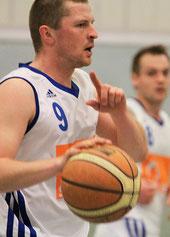 Alexej Enders zeigt wohin es für seine Mannschaft geht: nach oben.