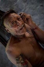 Raya, un anciano nahua. Más de la mitad de su pueblo fue exterminado después de que se abriera su territorio a la exploración petrolífera.© Johan Wildhagen/Survival