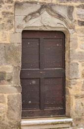L'une des portes de la cour