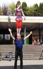 Partnerakrobatik Straßenshow Unterhaltungskünstler Street Show Acrobalance Acrobatics Comedy Dance Bachata