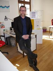 """Lennart Welz in seinem Büro im Jugendhaus """"Aloysianum""""."""
