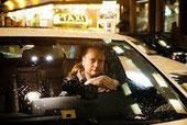 Marco Bark in seinem Wagen an einem Taxi-Stand in der Bremer Innenstadt. Er wehrt sich gegen die Pflicht zur Weiterbildung, die ihm der Taxi-Ruf Bremen auferlegen will. Foto: Christina Kuhaupt.