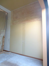 壁ボード貼り付け完了(上部の合板下地はこの部分に棚が来るのでその補強)