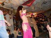 きれいなベリーダンサーのパフォーマンス!!と思いきや、お客さん全員参加!