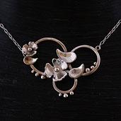 Tour de cou pour femme Variations végétales fait main en argent avec fleurs feuilles anneaux et billes sur chaîne maille forçat