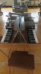6人が一斉に弾ける電気オルガン。千葉の学校のあちこちで見ました。