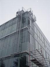Fassadenreinigungsanlage mit hochziehbarem Podest