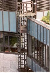 Fassadenreinigungsanlage mit starrem Podest