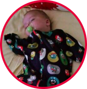 Baby mit Schnuller schläft