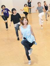 ルーキーママたちが軽快なダンスを見せた=27日、石垣市健康福祉センター