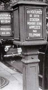 Poste d'appel aux taxis en attente