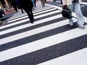 画像;横断歩道を渡る人々