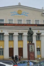 国立図書館前のB・リンチン像
