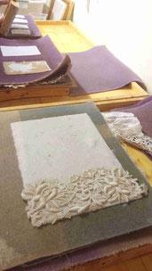 Papier mit Gewürzen und Blattmetallen
