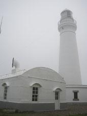 犬吠埼灯台 手前は霧笛舎、屋根の上に大きなラッパ